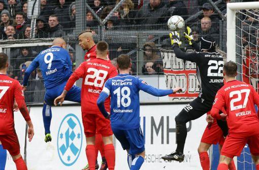 Shkemb Miftari trifft nach einer Ecke zum 1:0 für die Stuttgarter Kickers. Foto: Pressefoto Baumann