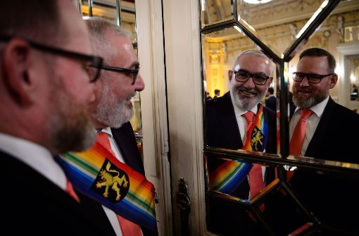 44 gleichgeschlechtliche Paare heiraten gleichzeitig