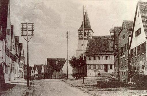 So sah die Glemsgaustraße um 1920 aus. Strom gab es ab 1911 im Ort.   Foto: Heimatkreis Weilimdorf