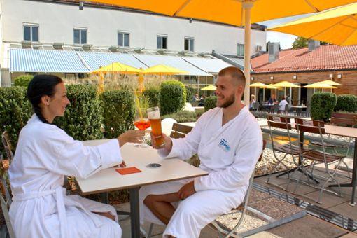 Auf der Bistroterrasse kann man zwischen Wasserflächen und Lavendelbüschen herrlich entspannen.  Foto: Gäste- und Kurservice Bad Griesbach im Rottal