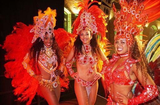 """Samba-Tänzerinnen zeigen ihre kunstvollen Kostüme beim """"Carnaval dos Tigres"""" in Stuttgart. Foto: Andreas Rosar Fotoagentur-Stuttgart"""