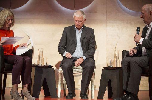 Fritz Kuhn (Bildmitte) stellte sich im Hospitalhof den Fragen der Moderatoren Ulrike Groos und Wieland Backes. Foto: Lichtgut/Leif Piechowski