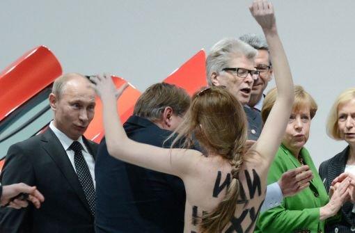 Nackte Brüste für Putin und Merkel