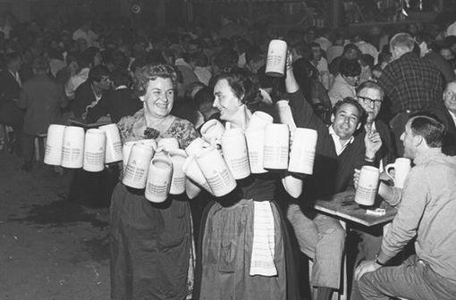 Hoch die Krüge! Starke Frauen auf dem Wasen in den 1970ern Foto: Stuttgart-Album