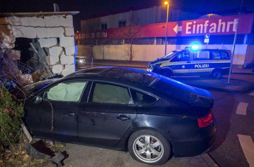 Auto rast gegen Trafogebäude
