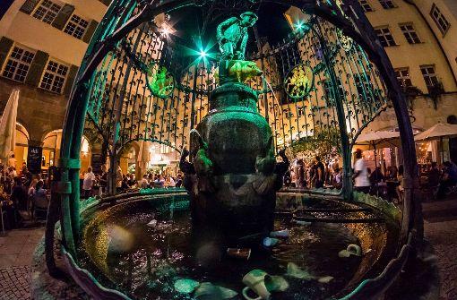 Feiern am Hans-im-Glück-Brunnen ist im Sommer ein Muss für jeden Stuttgarter. Spätestens wenn im Frühjahr die nächtlichen Temperaturen auf über 10 Grad Celsius klettern, kann man hier – fernab des Mainstream-Publikums der Theodor-Heuss-Straße – entspannt dinieren, einen trinken, oder einfach nur draußen abhängen.  Foto: Lichtgut/Max Kovalenko