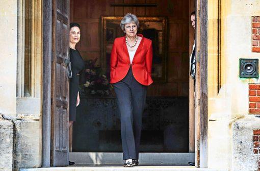 Großbritanniens Premierministerin Theresa May balanciert vor der Abstimmung im Londoner Unterhaus über den  Brexit am Dienstag auf Messers Schneide. Foto: dpa