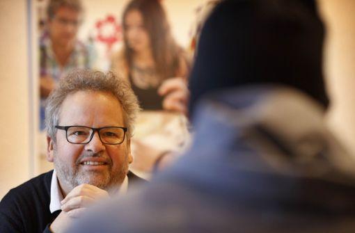 Vorstand Wolfgang Sartorius und der Pfleger, der mit Hilfe der Erlacher Höhe wieder zurück ins Leben – und eine Wohnung – gefunden hat. Foto: Gottfried Stoppel