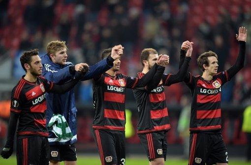 Bayer weiter, Schalke und Augsburg draußen