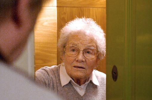Ein Fremder an der Tür – für viele ältere Bewohner eine oftmals heikle Situation. Foto: Jens Schierenbeck
