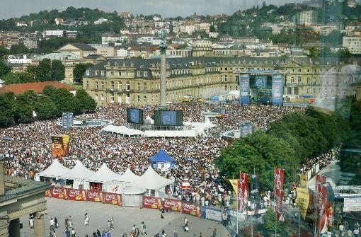Fußball-WM 2006: Public Viewing auf dem Stuttgarter Schlossplatz, die Stadt in Partylaune Foto: Horst Rudel