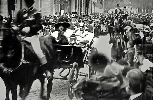 Kutschfahrt des Königspaares von Württemberg anlässlich seiner Silberhochzeit im Jahr 1911.   Foto: Haus des Dokumentarfilms