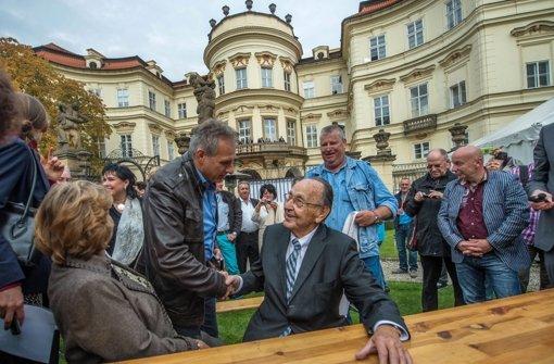 Genscher trifft DDR-Flüchtlinge in Prag