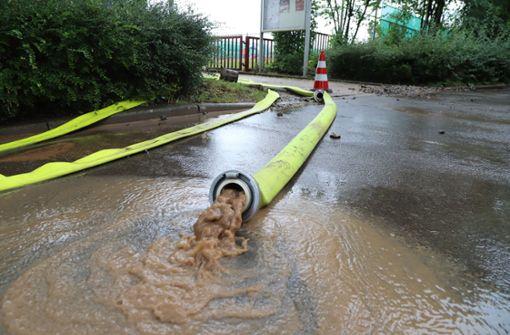 Kreuzung und Tennishalle unter Wasser