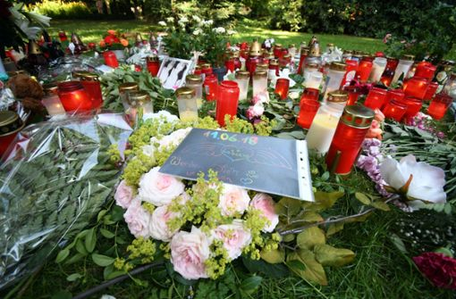 In der Nähe des Tatortes der tödlichen Messerattacke auf eine 15-Jährige sind von Bürgern Kerzen und Blumen niedergelegt worden. Foto: dpa