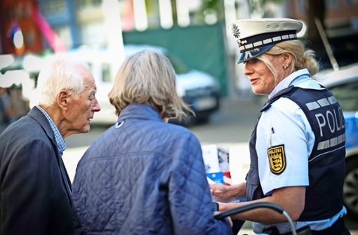 Mit diesen Tricks legen Betrüger Senioren herein