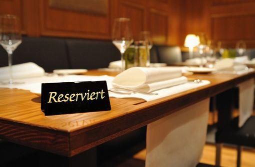 Ein gewohntes Bild: Tische werden mit Schildern reserviert – was nicht heißt, dass der Gast auch kommt. Foto: AdobeStock