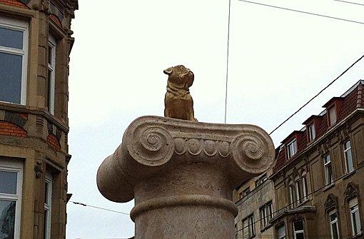 Wochenlang thronte ein Mops auf dem Loriot-Denkmal ... Foto: kunstundreisen.com