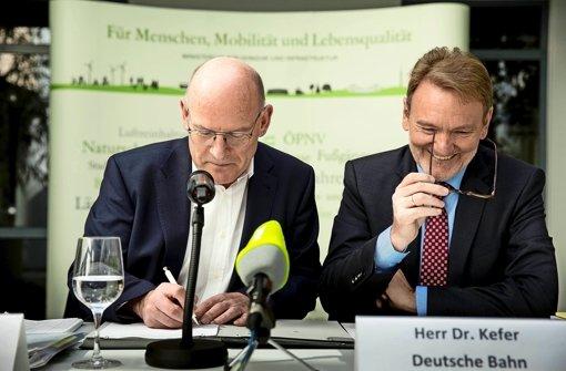 Gute Laune bei der Unterzeichnung eines Vorvertrages: Minister Hermann (li.), Bahn-Vorstand Kefer Foto: Lichtgut/Leif Piechowski