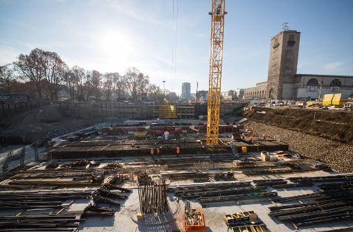 Staubig, groß, unübersichtlich: Wie Stuttgart 21 in Zukunft aussehen wird, ist auf der Baustelle derzeit schwer vorstellbar. Ein virtuelles Modell macht den Bahnhof begehbar. Foto: dpa