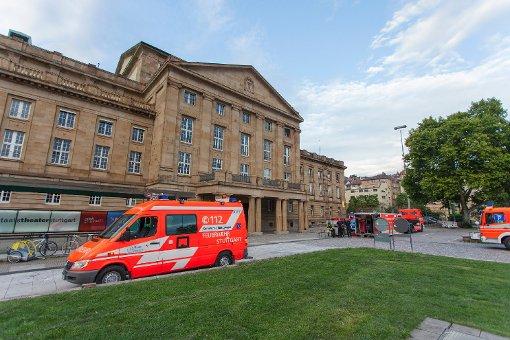 Feuerwehrautos stehen vor der Oper in Stuttgart. Foto: www.7aktuell.de | Frank Herlinger