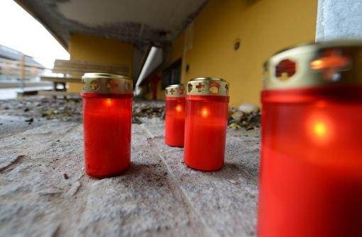 Trauer um die Toten: Bei einem Brand in einer Behindertenwerkstatt in Titisee-Neustadt im Schwarzwald sind am Montag 14 Menschen ums Leben gekommen. Foto: dpa