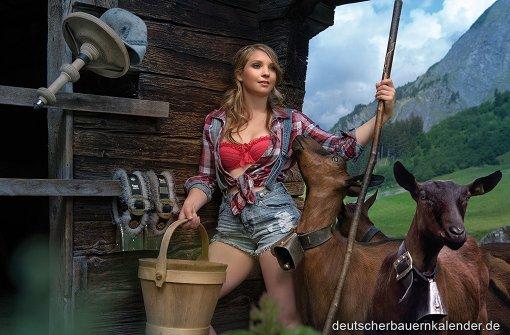 Die Herde fest im Blick: Alexandra Iseli blickt auf einer Alm. Foto: www.deutscherbauernkalender.de
