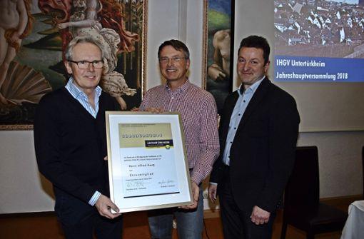 IHGV-Kassier Eberhard Bauer und IHGV-Vorsitzender Klaus-Dieter Warth überreichen Alfred Haug die Urkunde für die Ehrenmitgliedschaft (von rechts). Foto: Mathias Kuhn