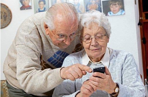 Ja, wie funktioniert das denn? Immer mehr Senioren üben den Umgang mit neuen Technologien wie dem mobilen Surfen im Internet – passende Geräte gibt es schon. Foto: Fotolia