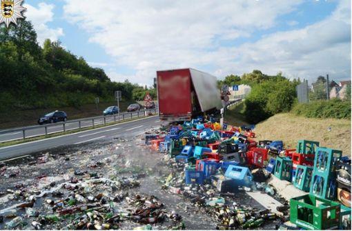 Sattelzug verliert Getränkekisten auf Autobahnauffahrt