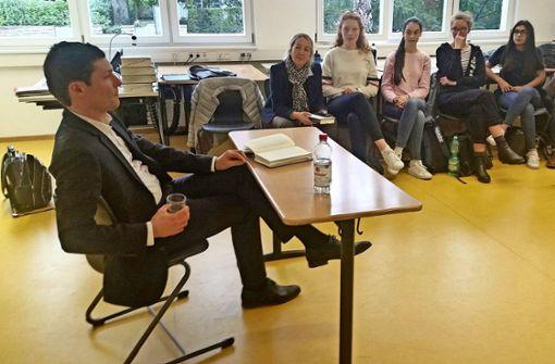 Die Ebelu-Schüler lauschen dem Vortrag von Ronen Steinke über den ehemaligen Schüler Fritz Bauer. Foto: Elke Rutschmann