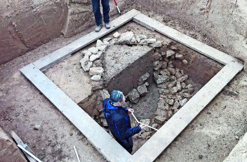 Archäologen legen  römischen Brunnen frei