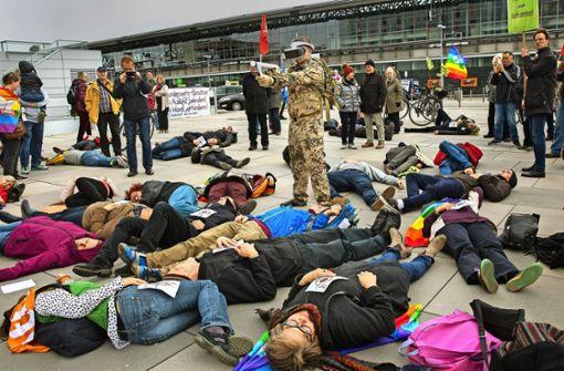 Mit einer simulierten Erschießung machen die Ostermarschierer in Stuttgart auf die  Folgen von Kriegswerkzeug aufmerksam. Foto: Ines Rudel