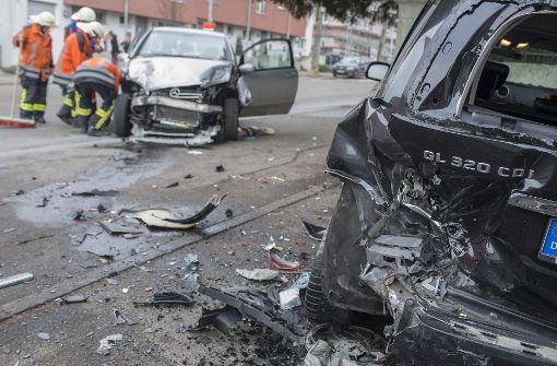 Autofahrer rast in mehrere Fahrzeuge