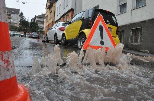 Wasserrohrbruch überflutet und unterspült Straße