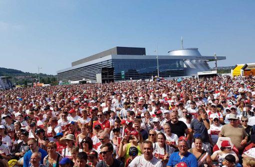 """Tausende VfB-Fans feiern den """"Tag des Brustrings"""" Foto: JuliaRahn/ Baumann"""