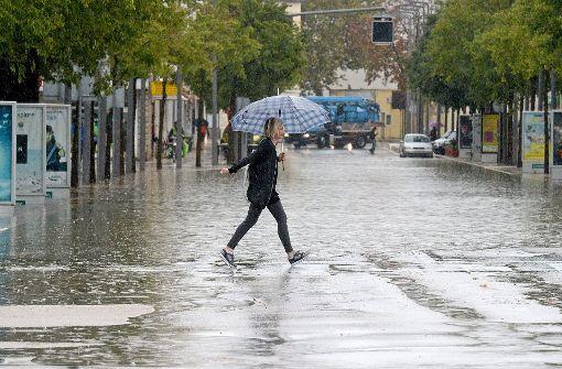 ... haben die Straßen überschwemmt. Foto: AFP