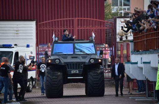 In einem gigantischen Militär-Jeep ließ sich Maradona nach seiner Ankunft in Brest wie ein Feldherr durchs Dinamo-Stadion fahren. Foto: AFP
