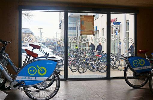 E-Bike für den Heimweg steht an der Haltestelle bereit