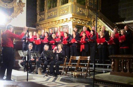 Der Onnenchor hat sich kräftig ins Zeug gelegt, um das deutsch-schwedische Publikum in der Stockholmer Kirche zu begeistern. Foto: Onnenchor, z