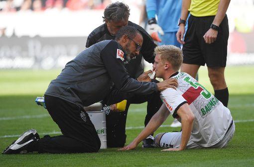 Foto: Timo Baumgartl: Der Innenverteidiger blutete gleich zu Beginn nach einem Zusammenprall mit Augsburgs Martin Hinteregger, berappelte sich aber schnell wieder. Spielte fortan eine ordentliche Partie in der VfB-Dreierkette. Note 3 dpa