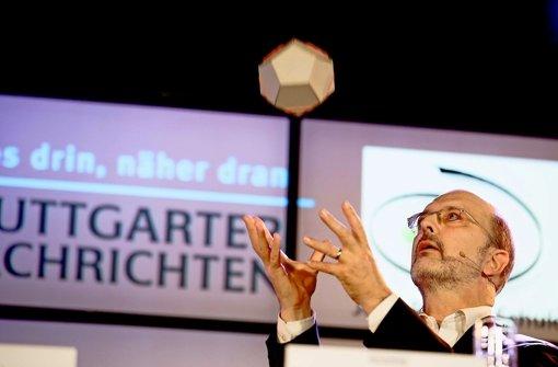 Der Professor und der fliegende Dodekaeder: Albrecht Beutelspacher verblüfft das Publikum mit ein paar einfachen Experimenten. Klicken Sie sich durch die Bildergalerie. Foto: Leif Piechowski