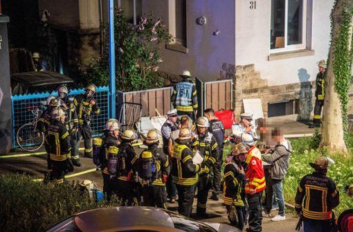 Zwei Bewohner eines Mehrfamilienhauses in Stuttgart-Ost sind bei einem Brand durch Rauchgas schwer verletzt worden. Foto: SDMG