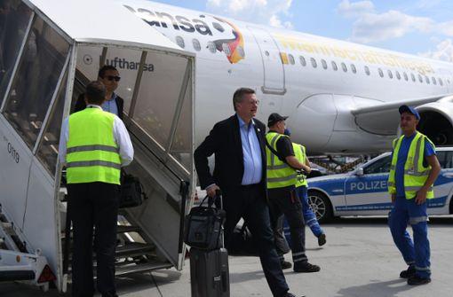DFB-Präsident Grindel verließ als einer der ersten den Flieger. Foto: dpa