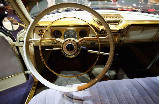 Hier ist der Fahrer Steuermann: Blick auf das Lenkrad eines Opel Kapitän von 1956. Foto: Getty Images Europe