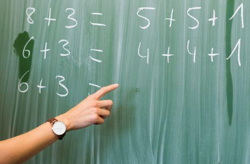 Wie man es auch rechnet: In Baden-Württemberg fehlen Lehrer, vor allem in den Naturwissenschaften. Derzeit sind  560 Lehrerstellen nicht besetzt, darunter  300 an Grundschulen und viele im ländlichen Raum. Foto: dpa