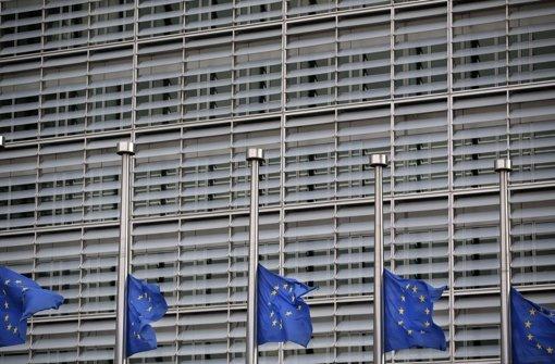 Nahe der Europäischen Kommission sind die Flaggen auf halbmast gesetzt. Foto: dpa