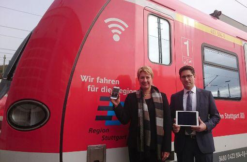 Das Signet am Fahrzeug zeigt es: Regionaldirektorin Nicola Schelling und S-Bahnchef Dirk Rothenstein können das WLAN der S-Bahn nutzen. Foto: Andreas Rosar/Fotoagentur-Stuttgart