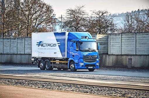 Ein Elektro-Lastwagen auf der Daimler-Teststrecke am Cannstatter Wasen Foto: Daimler