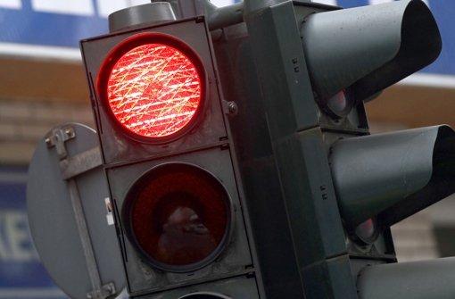 Eine 49-Jährige ist in Esslingen trotz roter Ampel in eine Kreuzung eingefahren und mit einem anderen Auto zusammengestoßen. Bei der Kollision mit dem Wagen eines 31-Jährigen wurden fünf Menschen verletzt. Foto: dpa/Symbolfoto